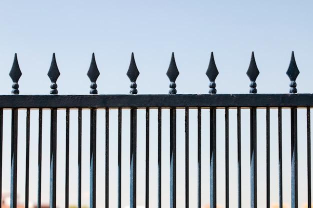 Clôture en fer forgé sur un ciel bleu Photo Premium