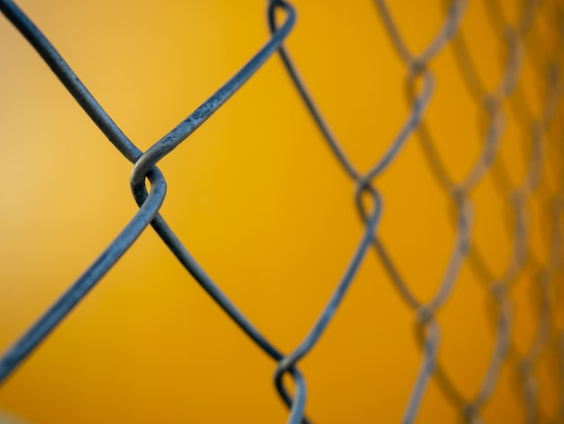 Clôture maille fond jaune Photo Premium