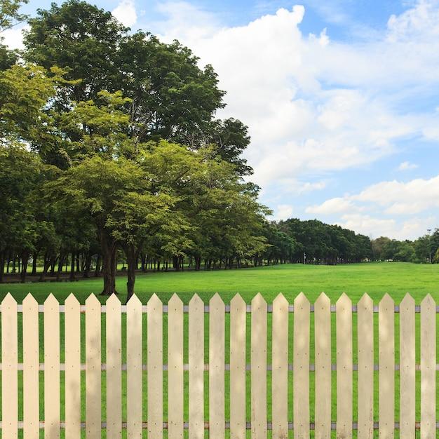 Clôtures blanches dans le jardin Photo Premium