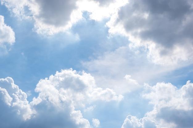 Cloudscape avec ciel bleu et nuages blancs Photo Premium
