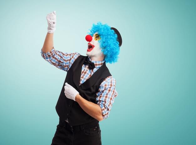 Clown avec une chaîne imaginaire Photo gratuit