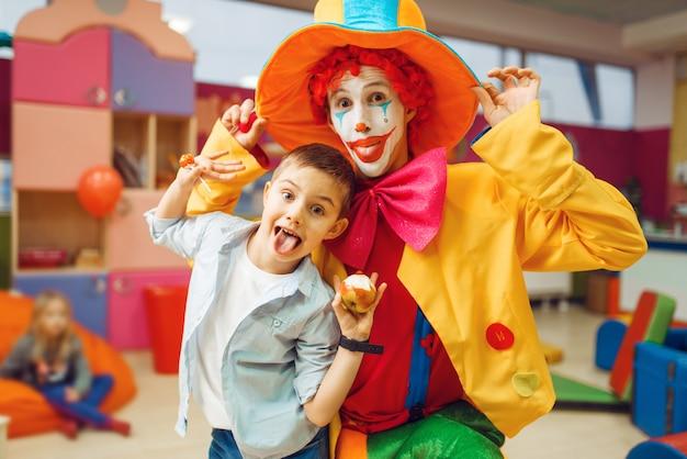 Clown Drôle, Spectacle De Divertissement Avec Petits Garçons Photo Premium
