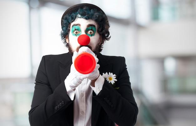 Clown avec une trompette jouet Photo gratuit