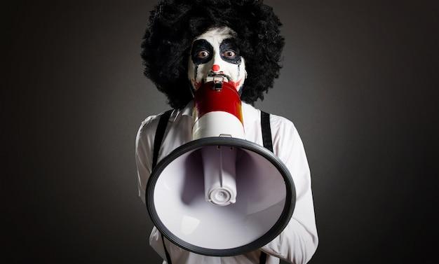 Clown tueur tenant une horloge vintage sur fond texturé Photo Premium