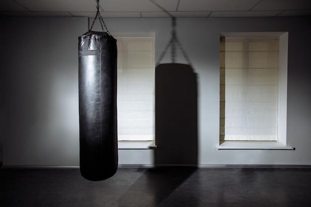 Club de combat moderne vide avec sac de boxe pour la pratique des arts martiaux. Photo Premium
