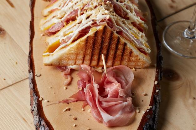 Club sandwich sur plateau en bois Photo Premium