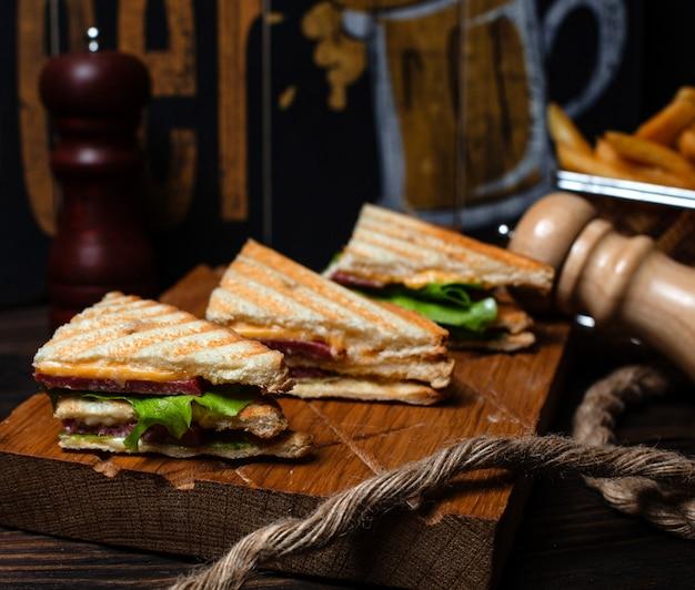Club sandwich à la saucisse fumée Photo gratuit