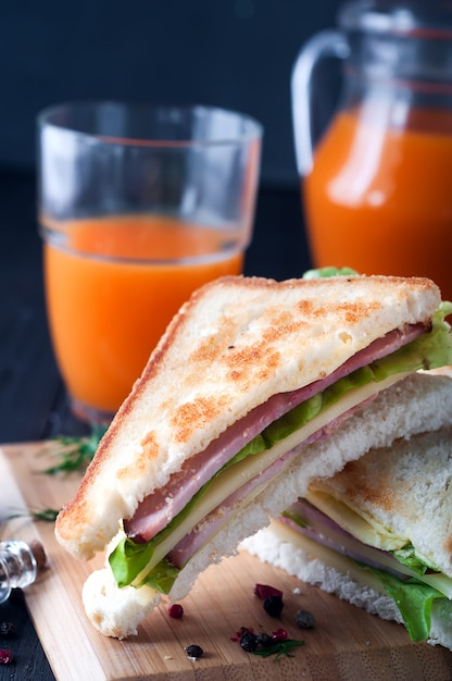 Club sandwiches sur fond de bois Photo Premium