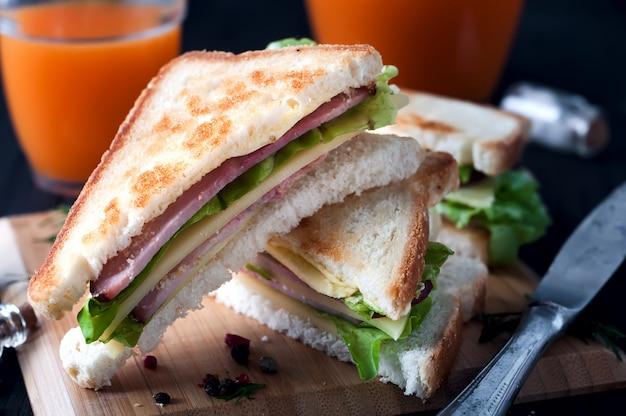 Club sandwiches sur fond de bois Photo Premium