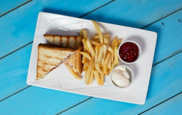 Club Sandwichs Avec Pommes De Terre Frites Et Sauces. Vue De Dessus. Photo gratuit