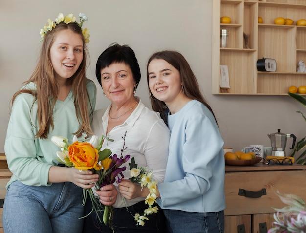 Club Social Féminin Tenant Des Fleurs Photo gratuit
