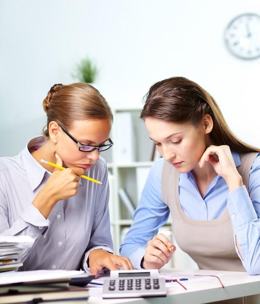 Co-travailleurs avec rapport financier Photo gratuit