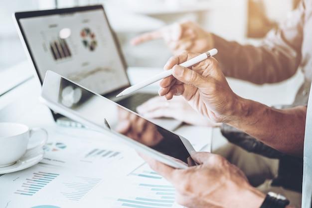 Co-working business team réunion planification stratégie analyse investissement et épargne Photo Premium