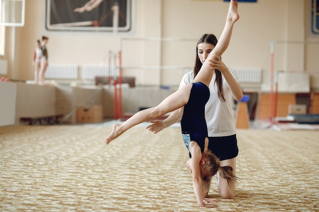 Coach Avec étudiant. Gymnastes De Filles, Effectue Divers Exercices De Gymnastique Et De Saut. L'enfant Et Le Sport, Un Mode De Vie Sain. Photo gratuit