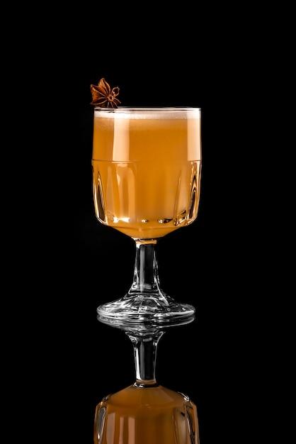 Cocktai fond noir mise en page de menu restaurant bar vodka wiskey tonique orange brun anis un Photo Premium