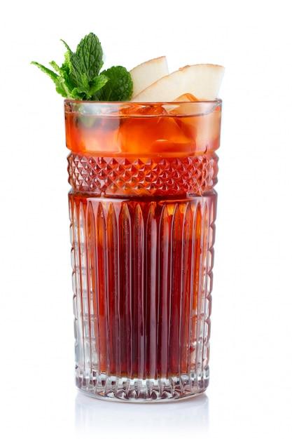 Cocktail D'alcool De Fruits Pomme Isolé On White Photo Premium