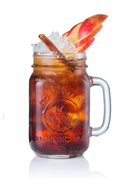 Cocktail d'alcool en pot à boire isolé sur blanc Photo Premium