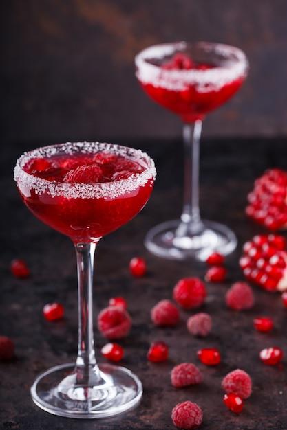 Cocktail alcoolique rouge à la framboise. boisson de fête estivale. Photo Premium