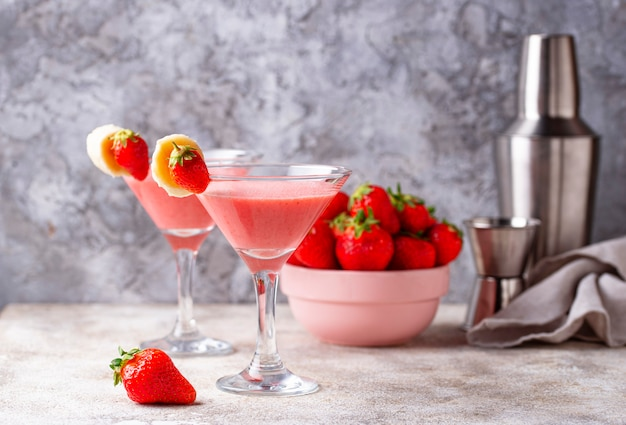 Cocktail alcoolisé à la fraise d'été Photo Premium