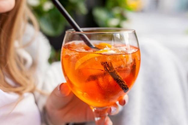 Cocktail aperol spritz. boisson alcoolisée avec des glaçons et des oranges Photo Premium