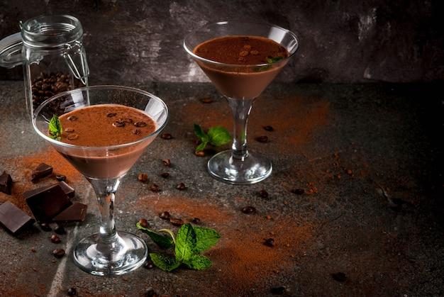 Cocktail Au Café à La Crème, Martini Au Chocolat à La Menthe Sur Table En Pierre Noire Photo Premium