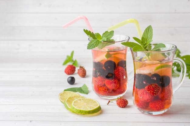 Cocktail au cassis, fraise, menthe et citron vert. boisson d'été rafraîchissante. Photo Premium