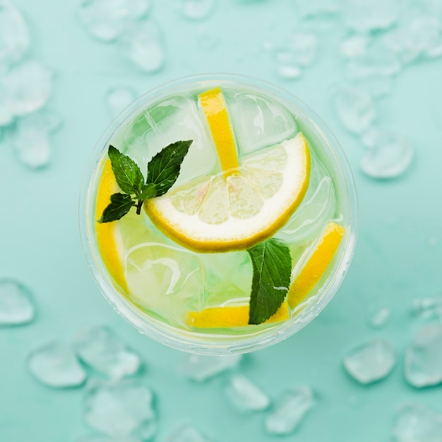 Cocktail Au Citron Avec Des Glaçons Photo gratuit
