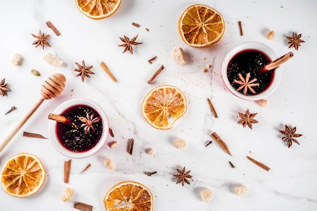 Cocktail au vin chaud avec du vin et des épices Photo Premium