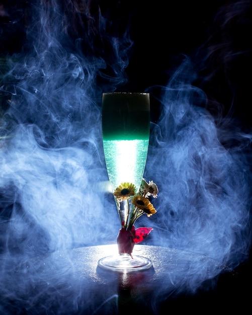 Cocktail Bleu Avec Des Fleurs Liées Photo gratuit
