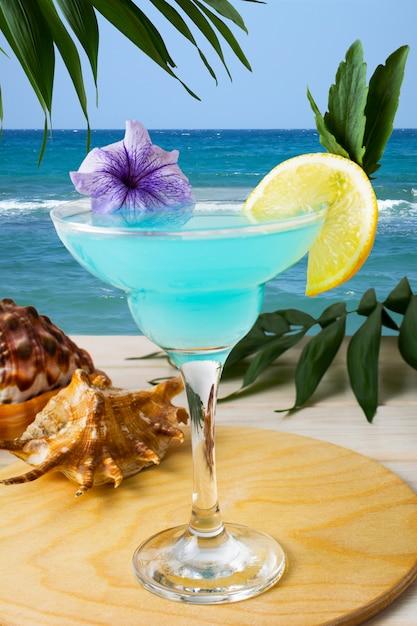 Cocktail bleu hawaïen sur la plage tropicale Photo Premium