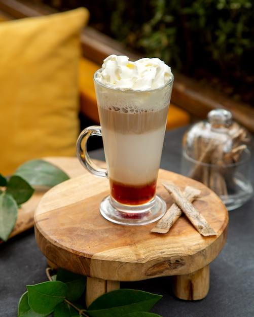 Cocktail De Café Multicouche Garni De Crème Fouettée Photo gratuit