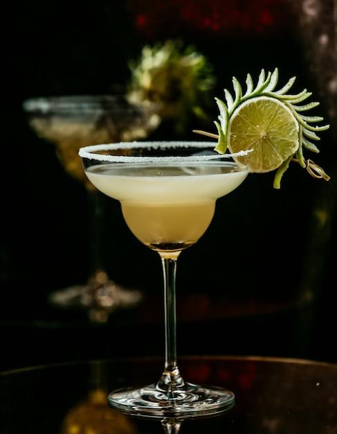 Cocktail De Citron Sur La Table Photo gratuit