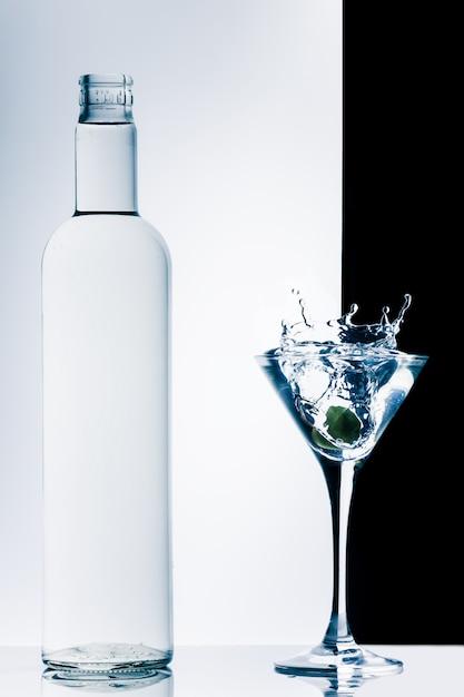 Cocktail contemporain avec éclaboussures Photo Premium
