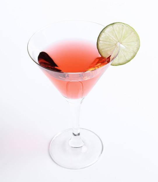 Cocktail Cosmopolite Avec Une Tranche De Citron Vert Photo gratuit
