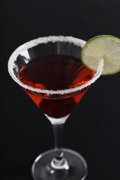 Cocktail Cosmopolite Avec Une Tranche De Citron Photo gratuit