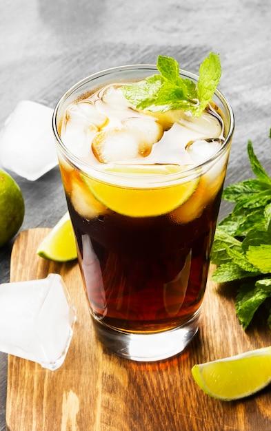 Cocktail cuba libre dans un verre Photo Premium