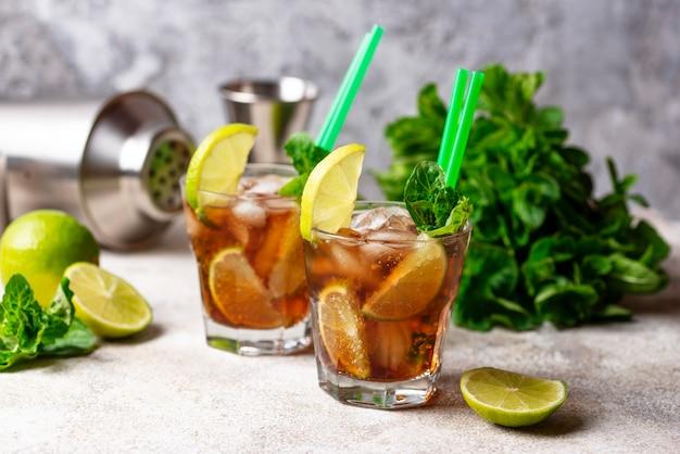 Cocktail cuba libre à la menthe et au citron vert Photo Premium
