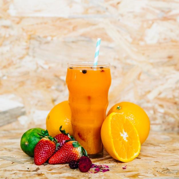 Cocktail d'été et fruits tropicaux Photo gratuit
