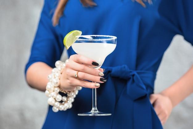 Cocktail Exotique Et Mains Féminines Photo gratuit
