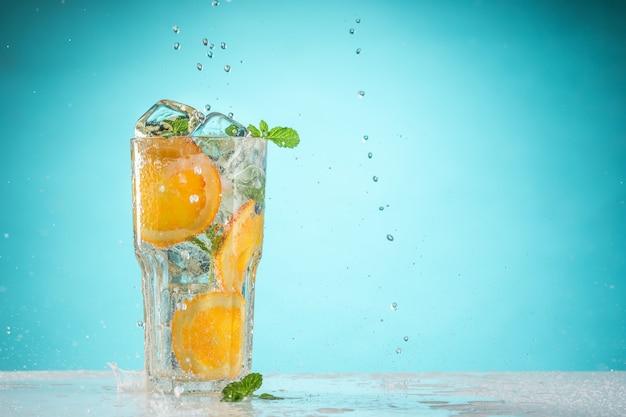 Le Cocktail Exotique à La Rose Et Les Fruits Sur Fond Bleu Photo gratuit