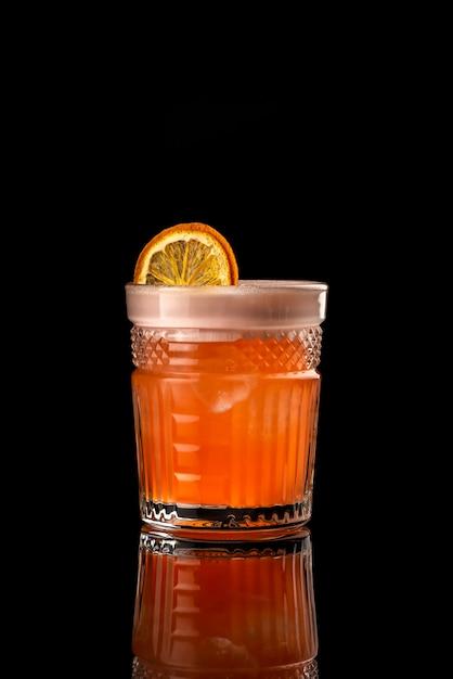 Cocktail fond noir menu mise en page restaurant bar vodka wiskey orange citron whisky dr Photo Premium