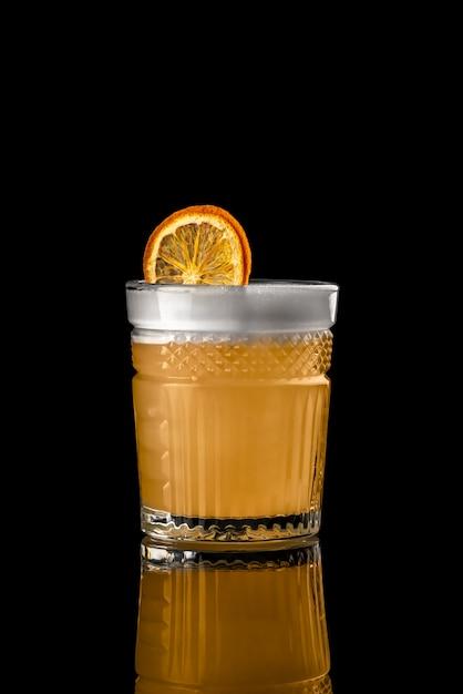 Cocktail fond noir menu mise en page restaurant bar vodka wiskey orange citron whisky dri Photo Premium