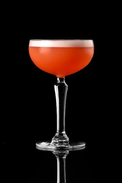 Cocktail fond noir menu mise en page restaurant bar vodka wiskey tonic fruits rouges strawber Photo Premium