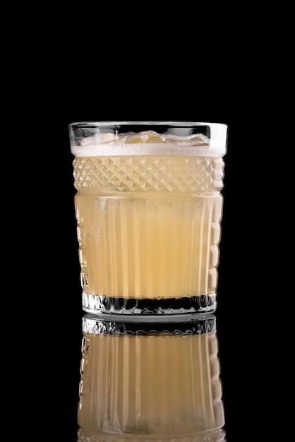Cocktail sur fond noir menu mise en page restaurant bar vodka wiskey tonic orange Photo Premium