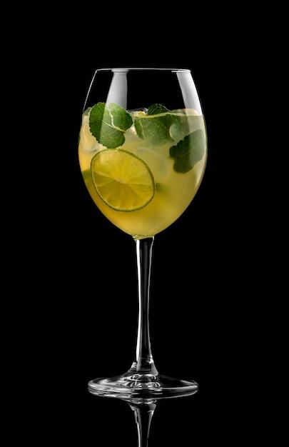 Cocktail fond noir menu mise en page restaurant bar vodka wiskey tonique citron vert citron jaune Photo Premium