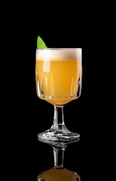 Cocktail sur fond noir menu mise en page restaurant bar vodka wiskey tonique orange caribbea Photo Premium