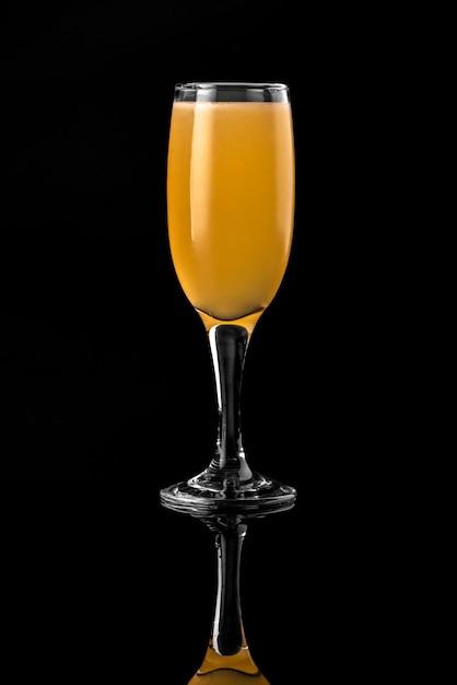 Cocktail fond noir menu mise en page restaurant bar vodka wiskey tonique orange Photo Premium
