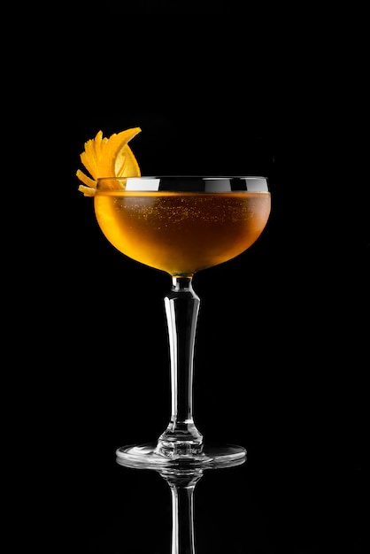 Cocktail fond noir menu mise en page restaurant bar vodka wiskey tonique orange Photo Premium