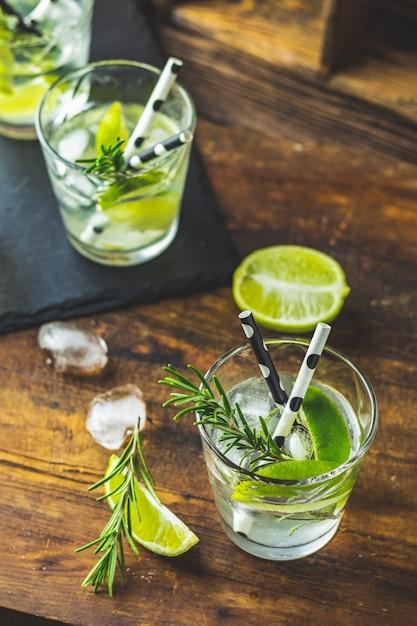 Cocktail frais au citron vert, glace et romarin, cocktail au mojito Photo Premium
