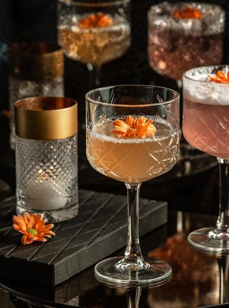 Cocktail frais avec des fleurs sur la table Photo gratuit